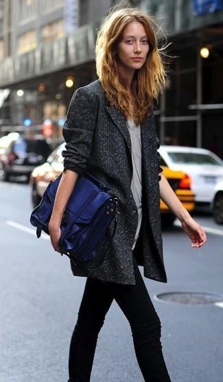 Wie kombinieren: dunkelgraues Wollzweireiher-sakko, graues ärmelloses Oberteil, schwarze enge Jeans, blaue Satchel-Tasche aus Leder