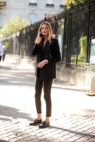 Wie kombinieren: schwarzes vertikal gestreiftes Zweireiher-Sakko, braune enge Hose aus Leder, schwarze Leder Oxford Schuhe, schwarze Wildleder Clutch