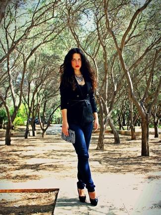 Schwarzes Zweireiher-Sakko kombinieren: Smart-Casual-Outfits: trends 2020: Um einen Freizeit-Look zu kreieren, können Sie ein schwarzes Zweireiher-Sakko und dunkelblauen enge Jeans kombinieren. Schwarze Leder Pumps sind eine großartige Wahl, um dieses Outfit zu vervollständigen.