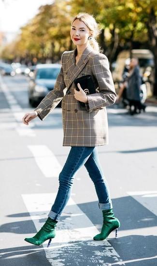Wie kombinieren: braunes Zweireiher-Sakko mit Schottenmuster, blaue enge Jeans, dunkelgrüne elastische Stiefeletten, schwarze Leder Clutch