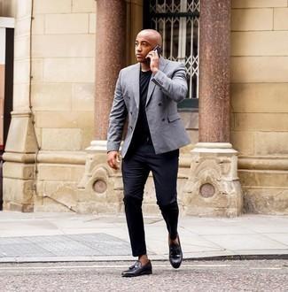 Schwarze Chinohose kombinieren – 500+ Herren Outfits: Tragen Sie ein graues Zweireiher-Sakko und eine schwarze Chinohose für einen für die Arbeit geeigneten Look. Putzen Sie Ihr Outfit mit schwarzen Leder Slippern mit Quasten.