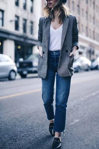 Wie kombinieren: graues Zweireiher-Sakko mit Schottenmuster, weißes T-Shirt mit einem V-Ausschnitt, blaue Jeans, schwarze Leder Slipper