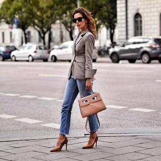 Wie kombinieren: braunes Wollzweireiher-sakko, blaue Jeans, braune Wildleder Pumps, beige Satchel-Tasche aus Leder