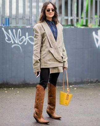Wie kombinieren: hellbeige Zweireiher-Sakko, dunkelblaues Jeanshemd, schwarze enge Hose, braune Cowboystiefel aus Leder
