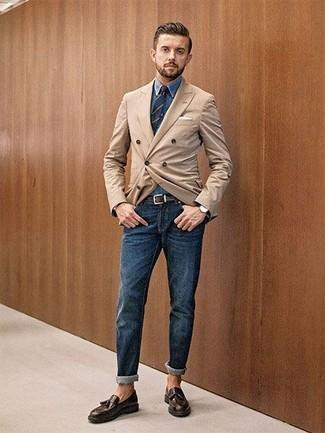 Wie kombinieren: beige Zweireiher-Sakko, blaues Jeanshemd, dunkelblaue Jeans, dunkelbraune Leder Slipper mit Quasten