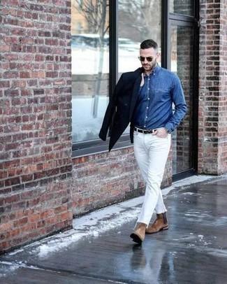 Weiße Jeans kombinieren – 500+ Herren Outfits: Erwägen Sie das Tragen von einem dunkelblauen Zweireiher-Sakko und weißen Jeans, wenn Sie einen gepflegten und stylischen Look wollen. Fügen Sie beige Chelsea Boots aus Wildleder für ein unmittelbares Style-Upgrade zu Ihrem Look hinzu.