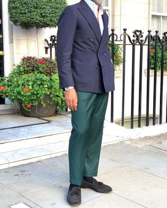 Schwarze Wildleder Slipper mit Quasten kombinieren: trends 2020: Erwägen Sie das Tragen von einem dunkelblauen Zweireiher-Sakko und einer dunkelgrünen Anzughose für einen stilvollen, eleganten Look. Fühlen Sie sich mutig? Vervollständigen Sie Ihr Outfit mit schwarzen Wildleder Slippern mit Quasten.