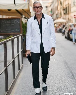 Dunkelblaue Anzughose kombinieren – 500+ Herren Outfits: Kombinieren Sie ein weißes Zweireiher-Sakko mit einer dunkelblauen Anzughose für eine klassischen und verfeinerte Silhouette. Fühlen Sie sich mutig? Entscheiden Sie sich für weißen und schwarzen Chelsea Boots aus Leder.