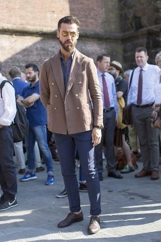 Blaues Kurzarmhemd kombinieren: trends 2020: Tragen Sie ein blaues Kurzarmhemd und eine dunkelblaue Chinohose für ein sonntägliches Mittagessen mit Freunden. Fühlen Sie sich mutig? Vervollständigen Sie Ihr Outfit mit dunkelbraunen geflochtenen Leder Oxford Schuhen.