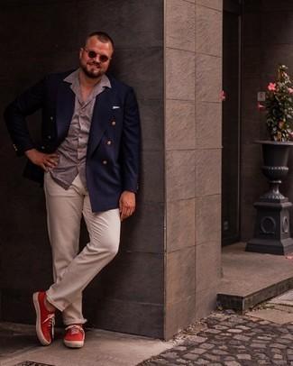 Herren Outfits 2021: Kombinieren Sie ein dunkelblaues Zweireiher-Sakko mit einer hellbeige Chinohose für Drinks nach der Arbeit. Wenn Sie nicht durch und durch formal auftreten möchten, wählen Sie roten Segeltuch niedrige Sneakers.