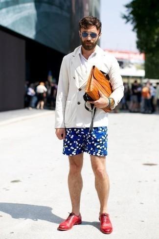 weißes Zweireiher-Sakko, weißes Kurzarmhemd, blaue bedruckte Shorts, rote Leder Oxford Schuhe für Herren