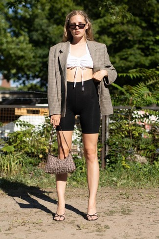 Wie kombinieren: braunes Zweireiher-Sakko mit Karomuster, weißes kurzes Oberteil, schwarze Radlerhose, schwarze Leder Pantoletten
