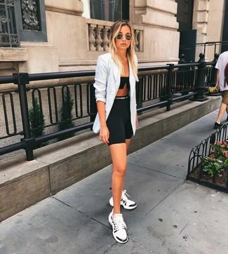 Weiße und schwarze Sportschuhe kombinieren – 122 Damen Outfits: Wenn Sie nach dem idealen Alltags-Look suchen, tragen Sie ein graues Zweireiher-Sakko mit Schottenmuster und eine schwarze Radlerhose. Weiße und schwarze Sportschuhe leihen Originalität zu einem klassischen Look.