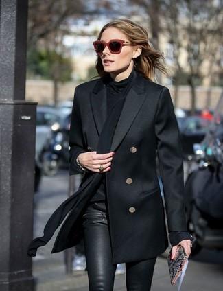 Olivia Palermo trägt Schwarzes Zweireiher Sakko, Schwarze Seide Langarmbluse, Schwarze Enge Hose aus Leder, Graue Leder Clutch mit Schlangenmuster
