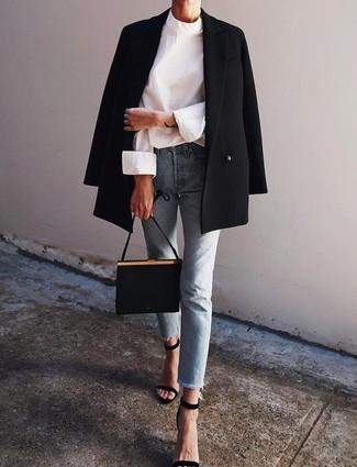 Wie kombinieren: schwarzes Zweireiher-Sakko, weiße Langarmbluse, hellblaue Jeans, schwarze Wildleder Sandaletten