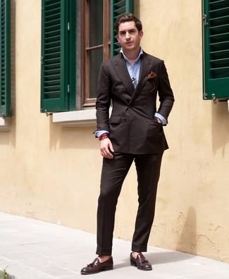 Wie kombinieren: dunkelbraunes Zweireiher-Sakko, hellblaues Langarmhemd, dunkelbraune Anzughose, dunkelbraune Leder Slipper mit Quasten