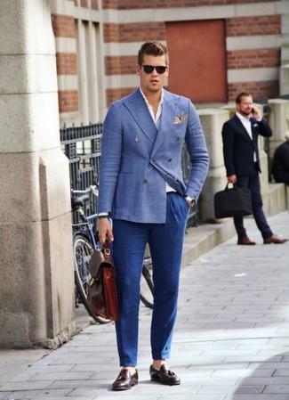 Wie kombinieren: blaues Zweireiher-Sakko, weißes Langarmhemd, blaue Anzughose, dunkelrote Leder Slipper mit Quasten
