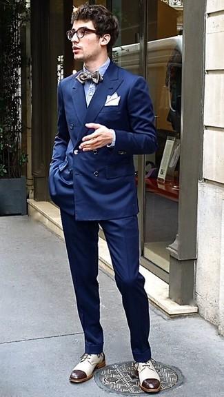 Wie kombinieren: dunkelblaues Zweireiher-Sakko, hellblaues Langarmhemd aus Seersucker, dunkelblaue Anzughose, hellbeige Leder Derby Schuhe