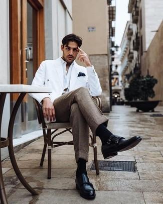 Weißes Zweireiher-Sakko kombinieren – 56 Herren Outfits: Vereinigen Sie ein weißes Zweireiher-Sakko mit einer braunen Anzughose mit Karomuster für einen stilvollen, eleganten Look. Fühlen Sie sich mutig? Wählen Sie schwarzen Doppelmonks aus Leder.