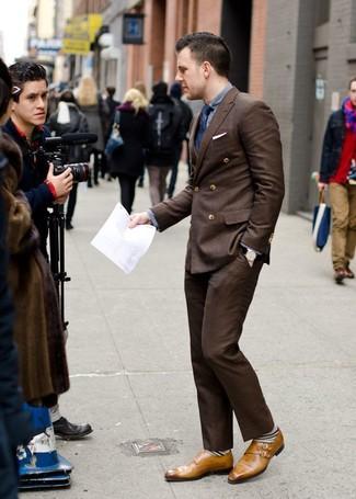 Wie kombinieren: dunkelbraunes Zweireiher-Sakko, graues Langarmhemd, dunkelbraune Anzughose, beige Doppelmonks aus Leder