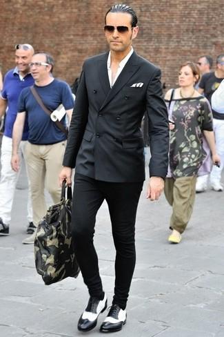 Kombinieren Sie ein schwarzes Zweireiher-Sakko mit einer schwarzen Chinohose, um einen eleganten, aber nicht zu festlichen Look zu kreieren. Dieses Outfit passt hervorragend zusammen mit schwarzen und weißen leder brogues.