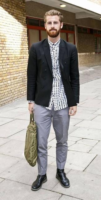Wie kombinieren: schwarzes Zweireiher-Sakko, weißes und schwarzes bedrucktes Langarmhemd, graue Chinohose, schwarze Chelsea-Stiefel aus Leder