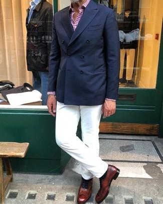Wie kombinieren: dunkelblaues Zweireiher-Sakko, rotes und weißes Langarmhemd mit Vichy-Muster, weiße Chinohose, braune Leder Oxford Schuhe