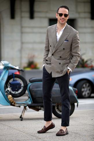 Dunkelbraune Leder Slipper kombinieren: Die Paarung aus einem grauen Zweireiher-Sakko und einer dunkelblauen Chinohose ist eine perfekte Wahl für einen Tag im Büro. Fühlen Sie sich ideenreich? Komplettieren Sie Ihr Outfit mit dunkelbraunen Leder Slippern.