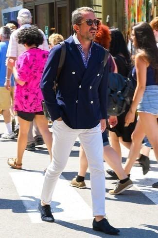 Dunkelblaues und weißes Langarmhemd mit Blumenmuster kombinieren: trends 2020: Kombinieren Sie ein dunkelblaues und weißes Langarmhemd mit Blumenmuster mit einer weißen Chinohose für ein sonntägliches Mittagessen mit Freunden. Fühlen Sie sich mutig? Ergänzen Sie Ihr Outfit mit dunkelblauen Wildleder Oxford Schuhen.