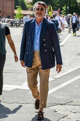 Dunkelbraune Wildleder Slipper kombinieren: trends 2020: Kombinieren Sie ein dunkelblaues Zweireiher-Sakko mit einer beige Chinohose für einen für die Arbeit geeigneten Look. Ergänzen Sie Ihr Outfit mit dunkelbraunen Wildleder Slippern, um Ihr Modebewusstsein zu zeigen.
