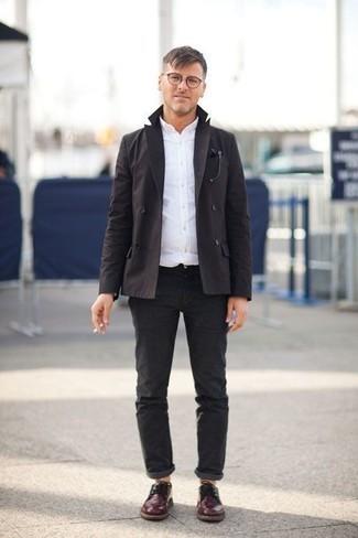 Schwarzes Zweireiher-Sakko kombinieren: trends 2020: Erwägen Sie das Tragen von einem schwarzen Zweireiher-Sakko und einer dunkelgrauen Chinohose, um einen modischen Freizeitlook zu kreieren. Wählen Sie dunkelroten Leder Derby Schuhe, um Ihr Modebewusstsein zu zeigen.