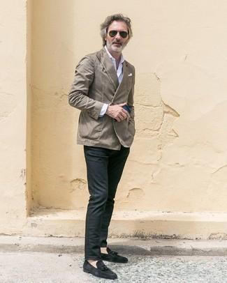 Dunkelgraue Chinohose kombinieren – 500+ Herren Outfits: Kombinieren Sie ein graues Zweireiher-Sakko mit einer dunkelgrauen Chinohose für einen für die Arbeit geeigneten Look. Ergänzen Sie Ihr Outfit mit schwarzen Wildleder Slippern mit Quasten, um Ihr Modebewusstsein zu zeigen.