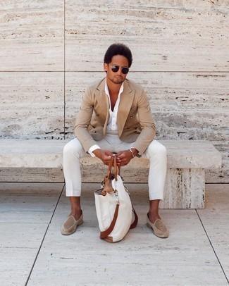Weiße Shopper Tasche aus Segeltuch kombinieren – 395 Herren Outfits: Kombinieren Sie ein beige Zweireiher-Sakko mit einer weißen Shopper Tasche aus Segeltuch, um einen lockeren, aber dennoch stylischen Look zu erhalten. Fühlen Sie sich mutig? Vervollständigen Sie Ihr Outfit mit beige Wildleder Slippern.