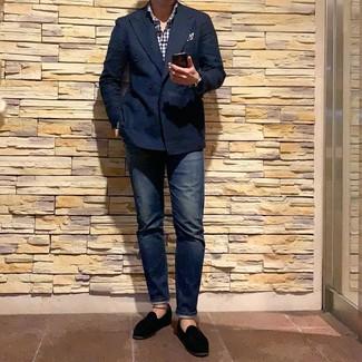 Wie kombinieren: dunkelblaues Zweireiher-Sakko, weißes und dunkelblaues Langarmhemd mit Vichy-Muster, dunkelblaue Jeans, schwarze Samt Slipper