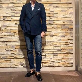 Wie kombinieren: dunkelblaues Zweireiher-Sakko, weißes vertikal gestreiftes Langarmhemd, dunkelblaue Jeans, schwarze Leder Slipper mit Quasten