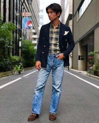 Hellblaue Jeans kombinieren – 500+ Herren Outfits: Vereinigen Sie ein dunkelblaues Zweireiher-Sakko mit hellblauen Jeans für Drinks nach der Arbeit. Fügen Sie braunen Wildleder Slipper für ein unmittelbares Style-Upgrade zu Ihrem Look hinzu.