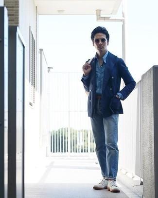 Hellblaue Jeans kombinieren – 500+ Herren Outfits: Kombinieren Sie ein dunkelblaues Zweireiher-Sakko mit hellblauen Jeans für Drinks nach der Arbeit. Weiße Wildleder Derby Schuhe bringen klassische Ästhetik zum Ensemble.