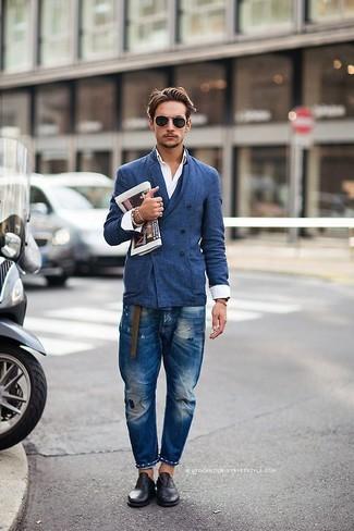 Wie kombinieren: blaues Zweireiher-Sakko, weißes Langarmhemd, blaue Jeans mit Destroyed-Effekten, schwarze Leder Oxford Schuhe