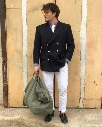 Olivgrüne Segeltuch Reisetasche kombinieren – 15 Herren Outfits: Tragen Sie ein schwarzes Zweireiher-Sakko und eine olivgrüne Segeltuch Reisetasche für ein Alltagsoutfit, das Charakter und Persönlichkeit ausstrahlt. Fühlen Sie sich mutig? Ergänzen Sie Ihr Outfit mit schwarzen Leder Slippern.
