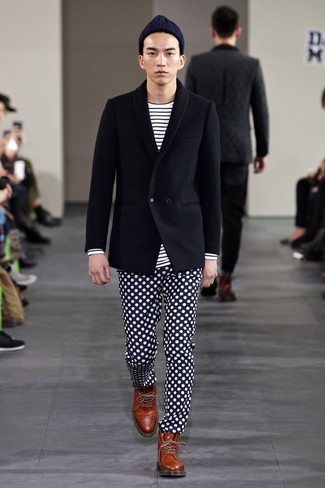 Wie kombinieren: schwarzes Wollzweireiher-sakko, weißes und schwarzes horizontal gestreiftes Langarmshirt, dunkelblaue und weiße gepunktete Anzughose, braune Brogue Stiefel aus Leder