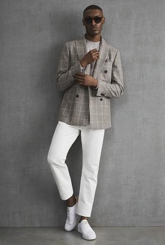 Wie kombinieren: graues Zweireiher-Sakko mit Karomuster, graues Langarmshirt, weiße Chinohose, weiße Leder niedrige Sneakers