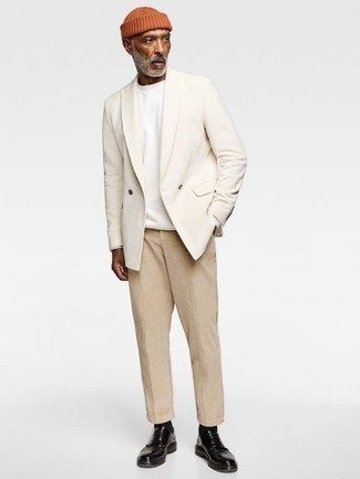Weißes Zweireiher-Sakko kombinieren – 56 Herren Outfits: Kombinieren Sie ein weißes Zweireiher-Sakko mit einer beige Chinohose, um einen eleganten, aber nicht zu festlichen Look zu kreieren. Machen Sie Ihr Outfit mit schwarzen Leder Derby Schuhen eleganter.
