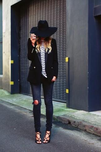 Schwarzes Zweireiher-Sakko kombinieren: Smart-Casual-Outfits: trends 2020: Paaren Sie ein schwarzes Zweireiher-Sakko mit dunkelblauen engen Jeans mit Destroyed-Effekten, um einen super lässigen aber stilsicheren Look zu kreieren. Schwarze Wildleder Sandaletten sind eine großartige Wahl, um dieses Outfit zu vervollständigen.