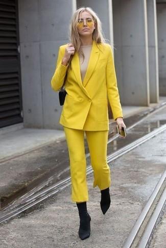 Wie kombinieren: gelbes Zweireiher-Sakko, hellbeige Langarmshirt, gelber Hosenrock, schwarze elastische Stiefeletten