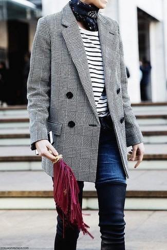 Wie kombinieren: graues Wollzweireiher-sakko mit Schottenmuster, weißes und schwarzes horizontal gestreiftes Langarmshirt, dunkelblaue Jeans, schwarze Overknee Stiefel aus Wildleder