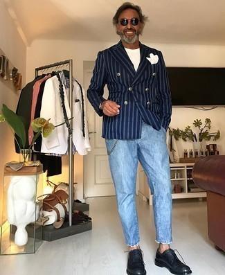 Hellblaue Jeans kombinieren – 294 Smart-Casual Herren Outfits: Vereinigen Sie ein dunkelblaues vertikal gestreiftes Zweireiher-Sakko mit hellblauen Jeans für Ihren Bürojob. Schwarze Leder Derby Schuhe bringen Eleganz zu einem ansonsten schlichten Look.