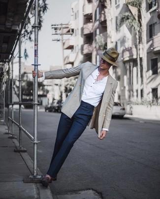 Wie kombinieren: graues Zweireiher-Sakko, weißes Langarmshirt mit einer Knopfleiste, dunkelblaue Anzughose, dunkelbraune Wildleder Slipper