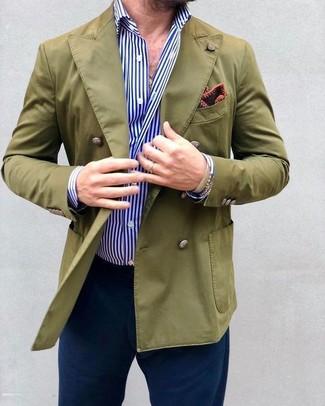 Wie kombinieren: olivgrünes Zweireiher-Sakko, weißes und blaues vertikal gestreiftes Businesshemd, dunkelblaue Chinohose, dunkelrotes bedrucktes Einstecktuch