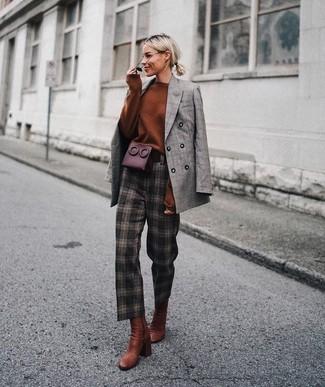 Die Paarung aus einem grauen zweireiher-sakko mit schottenmuster und einer schwarzen sonnenbrille von Prada ist eine komfortable Wahl, um Besorgungen in der Stadt zu erledigen. Fügen Sie rotbraunen leder stiefeletten für ein unmittelbares Style-Upgrade zu Ihrem Look hinzu.