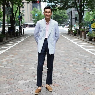 Herren Outfits 2020: Entscheiden Sie sich für ein hellblaues Zweireiher-Sakko und eine dunkelblaue Anzughose, um vor Klasse und Perfektion zu strotzen. Fühlen Sie sich mutig? Komplettieren Sie Ihr Outfit mit braunen Wildleder Espadrilles.
